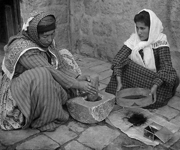 Filistin'de Kahve Öğüten Kadınlar